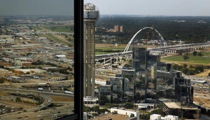 El alcalde de Dallas Mike Rawlings propone construir un 'mega parque' en las márgenes del río Trinity, entre los puentes Margaret McDermott y Margaret Hunt Hill. (DMN/TOM FOX)