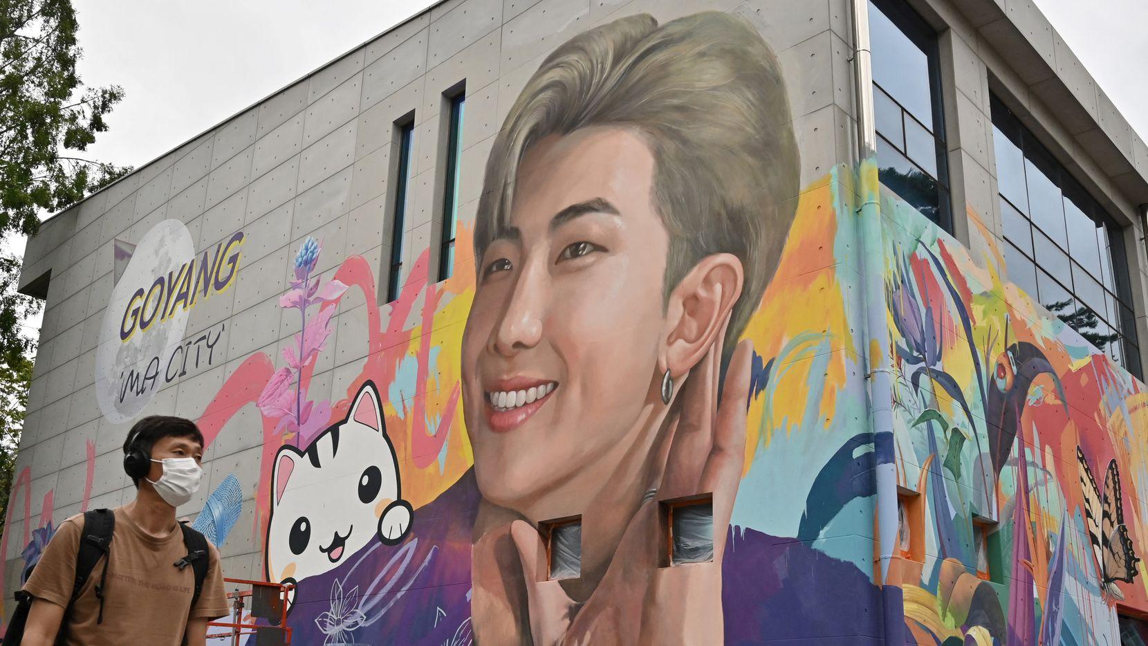 """Un mural en Seúl muestra al rapero """"RM"""" del grupo de K-pop BTS, el 1 de septiembre de 2021."""