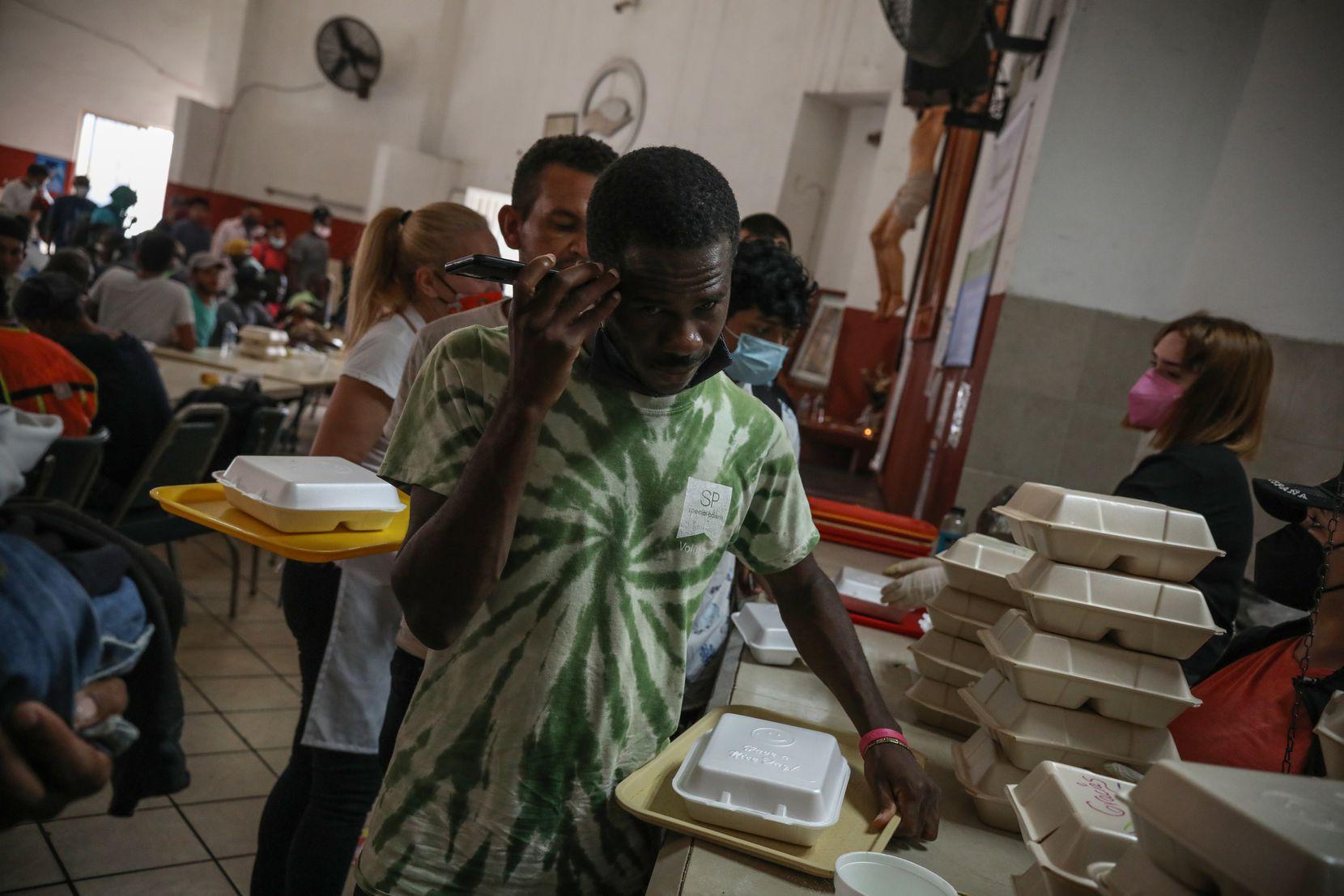 Personas de Haití se forman para recibir alimentos en Casa INDI, en Monterrey, México.