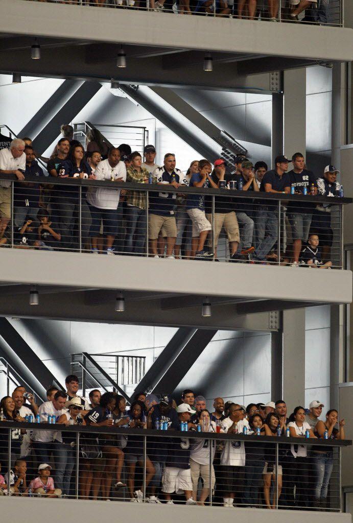 Fans miran un juego en el estadio de los Cowboys con su boleto Party Pass. Foto DMN.