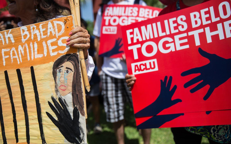 Pancartas de una manifestación convocada por ACLU en Brownsville, Texas, en apoyo a los inmigrantes. GETTY IMAGES