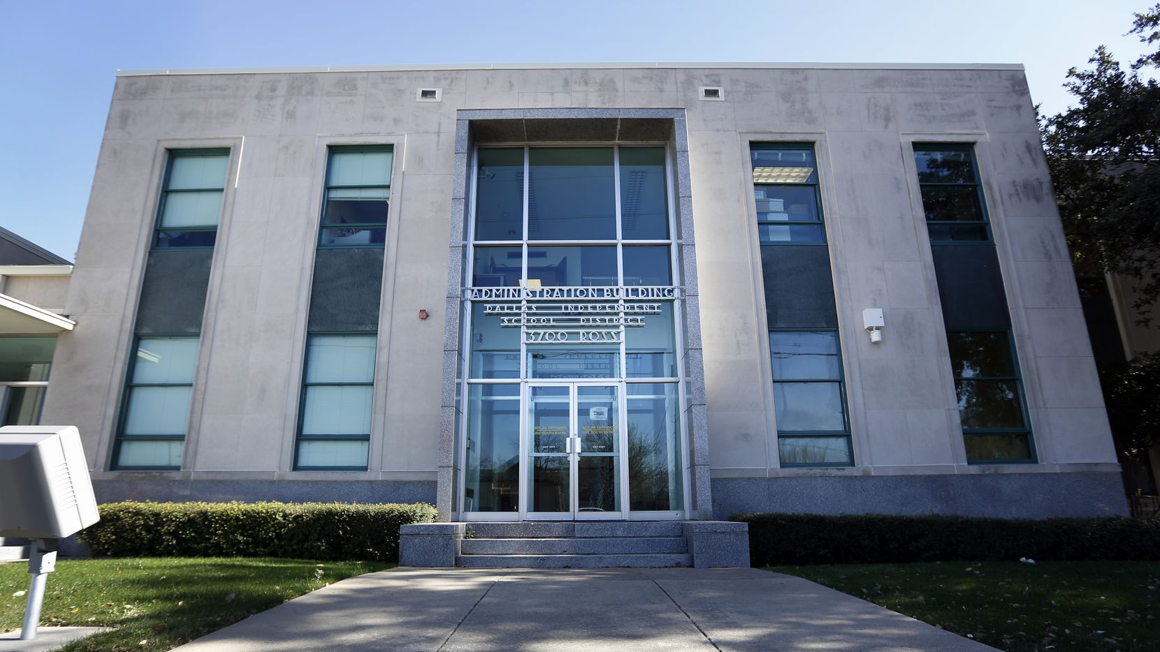 The entrance of DISD Administration Building on Ross Avenue in Dallas.