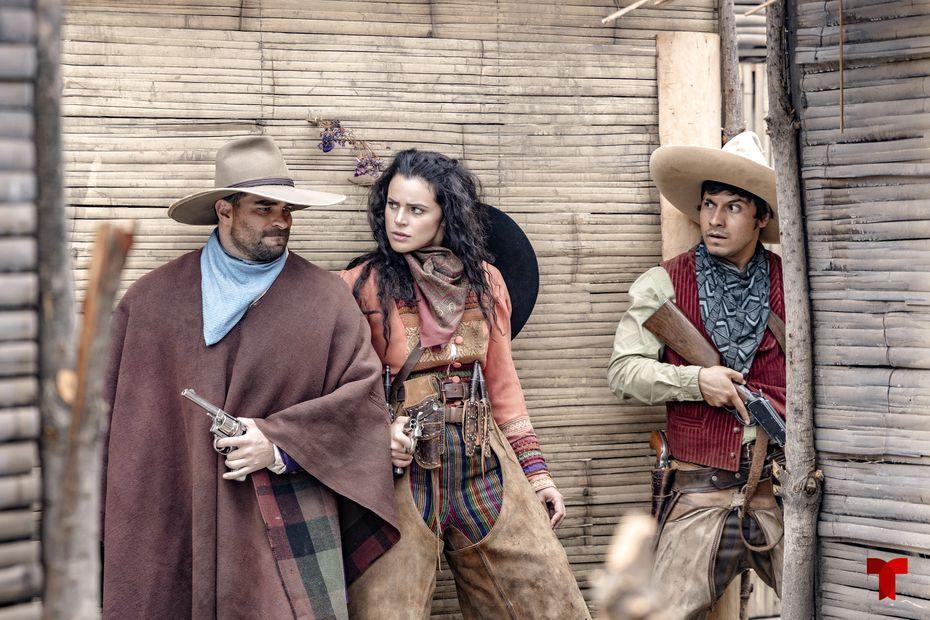 """En esta imagen proporcionada por Telemundo, Alejandro Nones, izquierda, e Isabella Castillo, centro, en una escena de la serie """"Malverde: El Santo Patrón"""", que se estrena el 28 de septiembre. (Telemundo via AP)"""