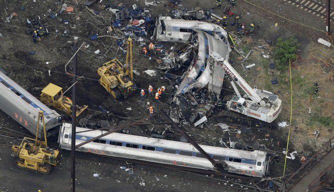 Una toma aérea muestra a personal de emergencia buscando entre los restos del tren que se descarriló en Filadelfia. (AP/PATRICK SEMANSKY)