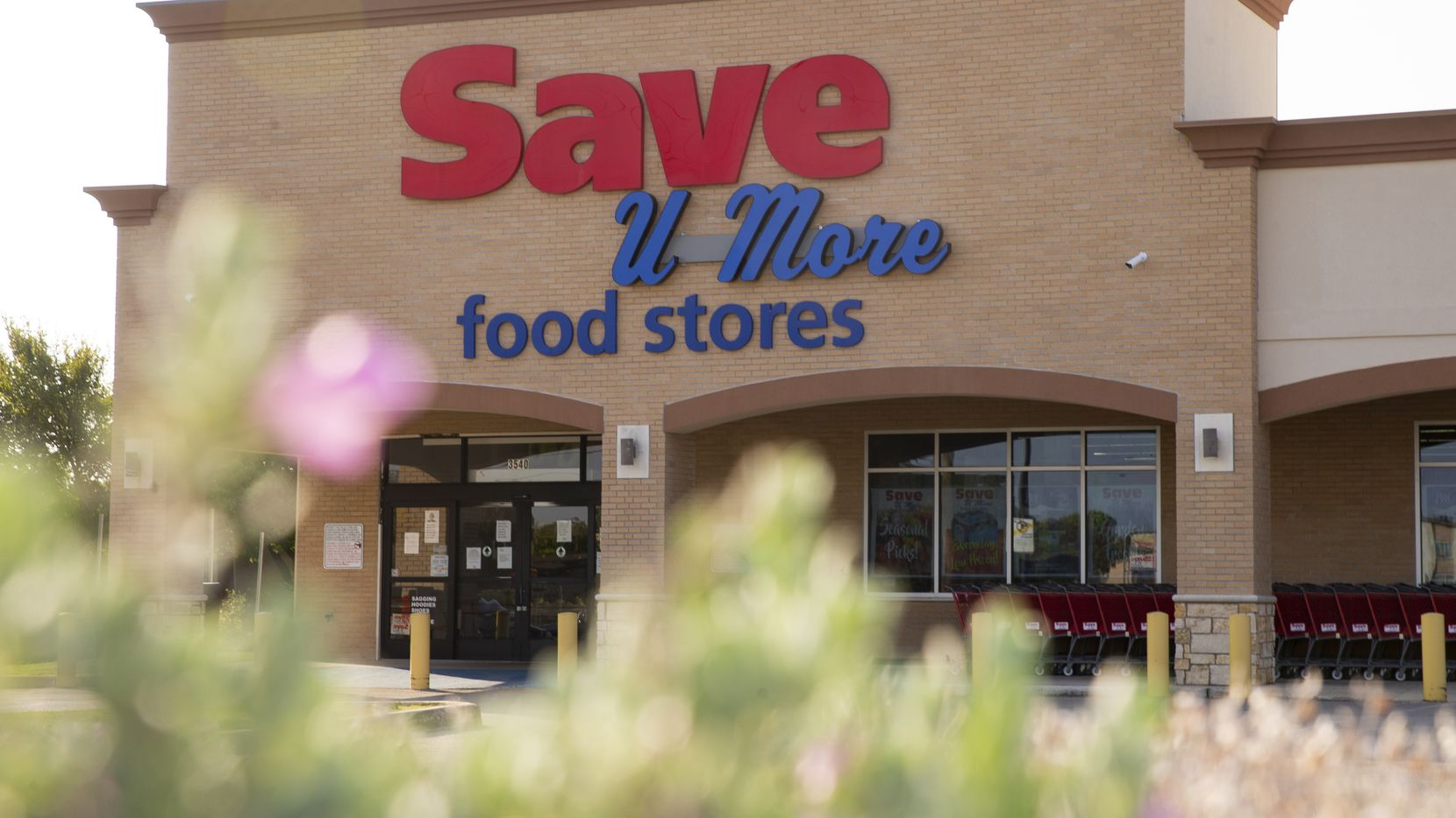 Exterior of the Save U More grocery store on Aug. 29, 2020 in South Dallas. (Juan Figueroa/ The Dallas Morning News)