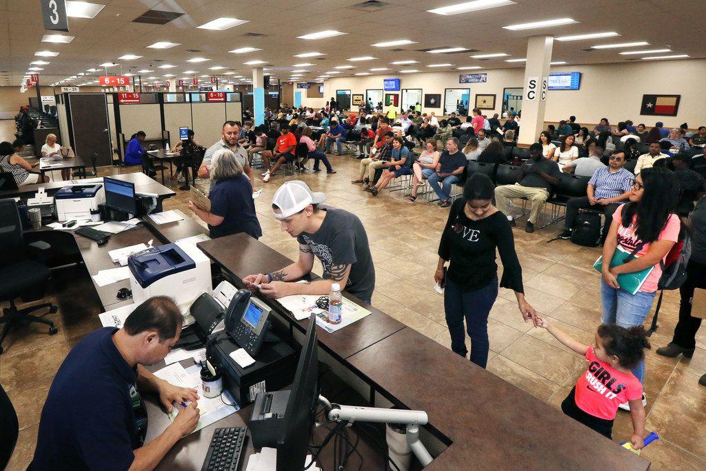 Antes de la pandemia lo sitios para renovar la licencia estaban abarrotados. Todavía es un problema obtener licencia en el estado de Texas.