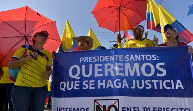 Los seguidores de la oposición al proceso de paz entre el gobierno colombiano y las FARC escuchan un discurso del expresidente Álvaro Uribe Velez en Cartagena, Colombia. (AFP/GETTY IMAGES)