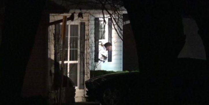 Jeffrey Miller en el momento en que salía de la casa en donde se había atrincherado.
