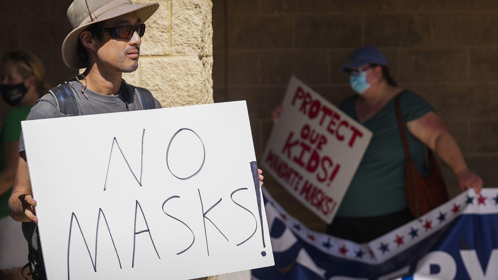Varios padres de familia siguen rechazando el uso de mascarilla en escuelas de Texas. En la foto se ve una persona protestando por la exigencia de cubrebocas en las escuelas de Carroll ISD el 23 de agosto de 2021 en Southlake, Texas.