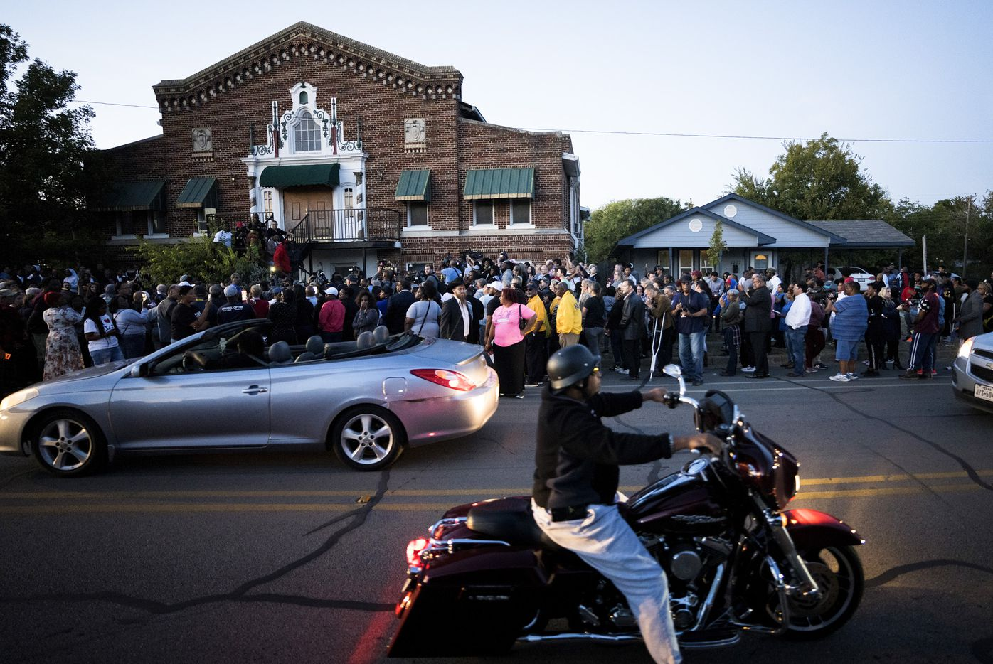 A large crowd of protestors gathers outside the house (right) where Atatiana Jefferson was shot and killed, during a community vigil for Jefferson on Sunday, Oct. 13, 2019, in Fort Worth.