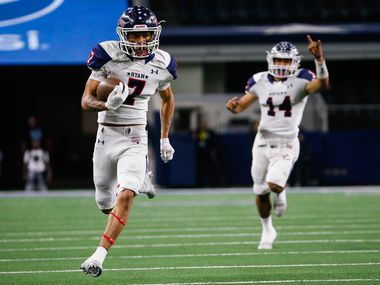 Denton Ryan's Tra Smith (7) runs in a touchdown in the first quarter of a Class 5A Division I state championship game against Alvin Shadow Creek at the AT&T Stadium in Arlington, on Friday, December 20, 2019. Shadow Creek leads at halftime 14-8. (Juan Figueroa/The Dallas Morning News)