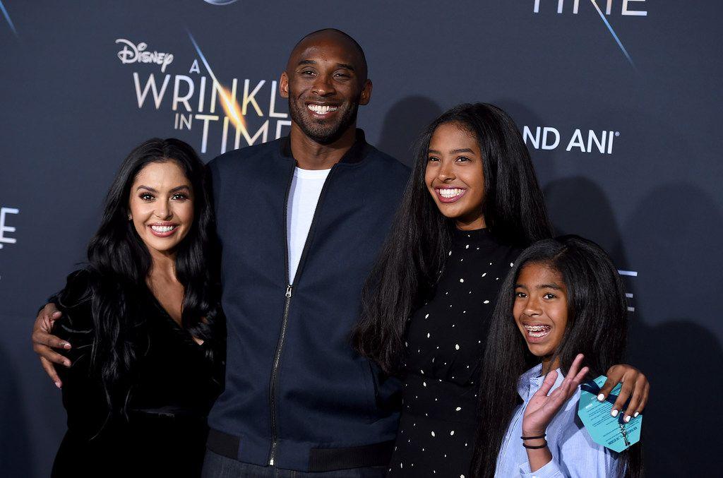 Vanessa Laine Bryant (izq.), Kobe Bryant, Gianna Maria-Onore Bryant y Natalia Diamante Bryant, arriban a un evento en Hollywood, California, el 26 de febrero de 2018.
