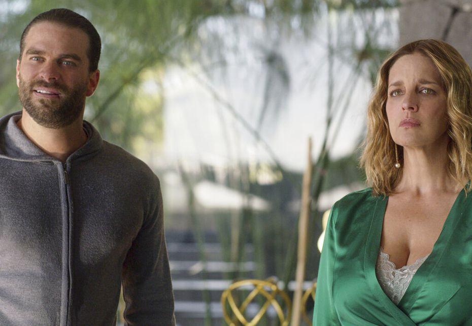 """Alejandro Nones, izquierda, y Claudia Ramírez en una escena de """"¿Quién mató a Sara?"""". La serie se estrena en Netflix el 24 de marzo de 2021. (Netflix via AP)"""