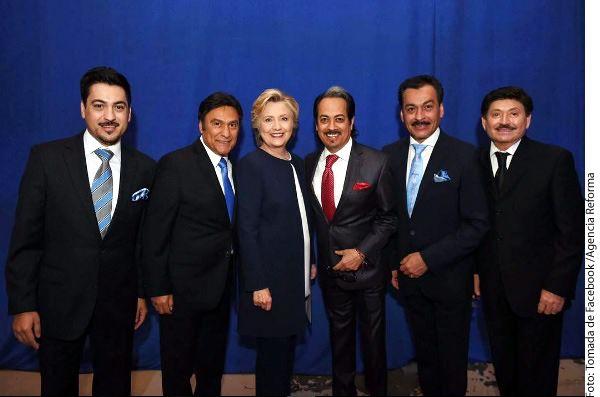 Los Tigres del Norte difundieron en sus redes una foto con la candidata demócrata Hillary Clinton, a quien pidieron apoyar. /AGENCIA REFORMA