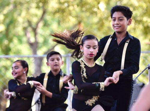 Bailarines de Alianza Rumbera también participaron de Texas Latino Pride.