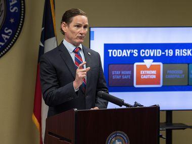 El juez Clay Jenkins anunció la reducción del nivel de riesgo de contagio de covid-19 a código naranja.