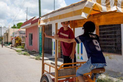 Luis Lara y su prima Ena Medina, con un jersey de Tony Romo, vuelven a casa luego de hacer compras en Hoctún, Yucatán. El padre de Ena es un fanático de los Cowboys. COURTNEY PEDROZA/DMN