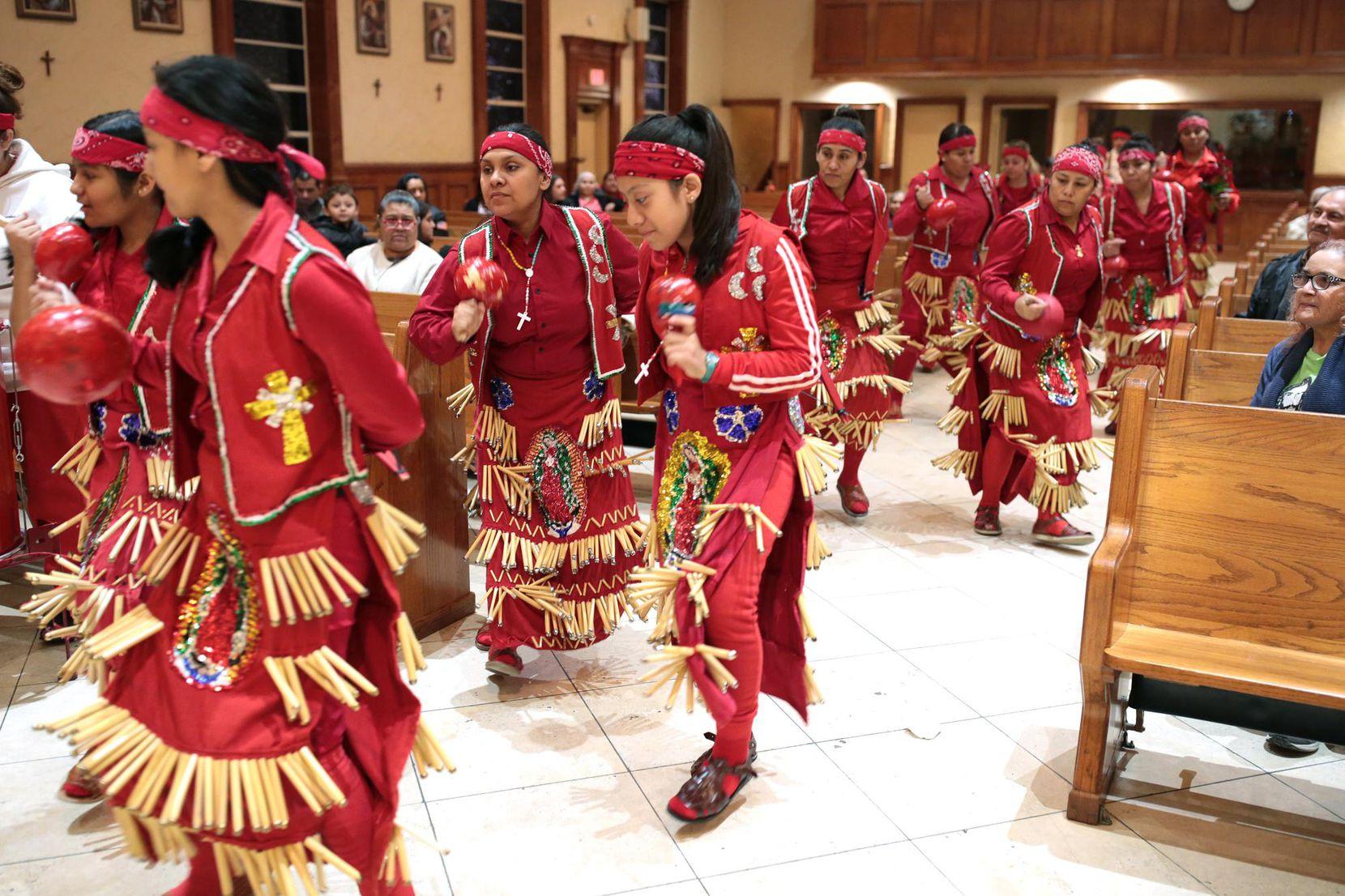 El conjunto Danza las Tres Lunas homenajeó a la Virgen de Guadalupe el luens, en la iglesia Inmaculada Concepción de Grand Prairie. MARIA OLIVAS/ESPECIAL PARA AL DÍA