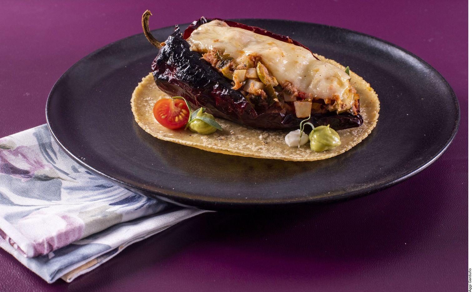 El taquito de chile ancho relleno de atún y queso asadero los puede lograr al rellenar los chiles con el atún. Colocar una rebanada de queso encima y gratinar. Servir sobre las tortillas calientes.