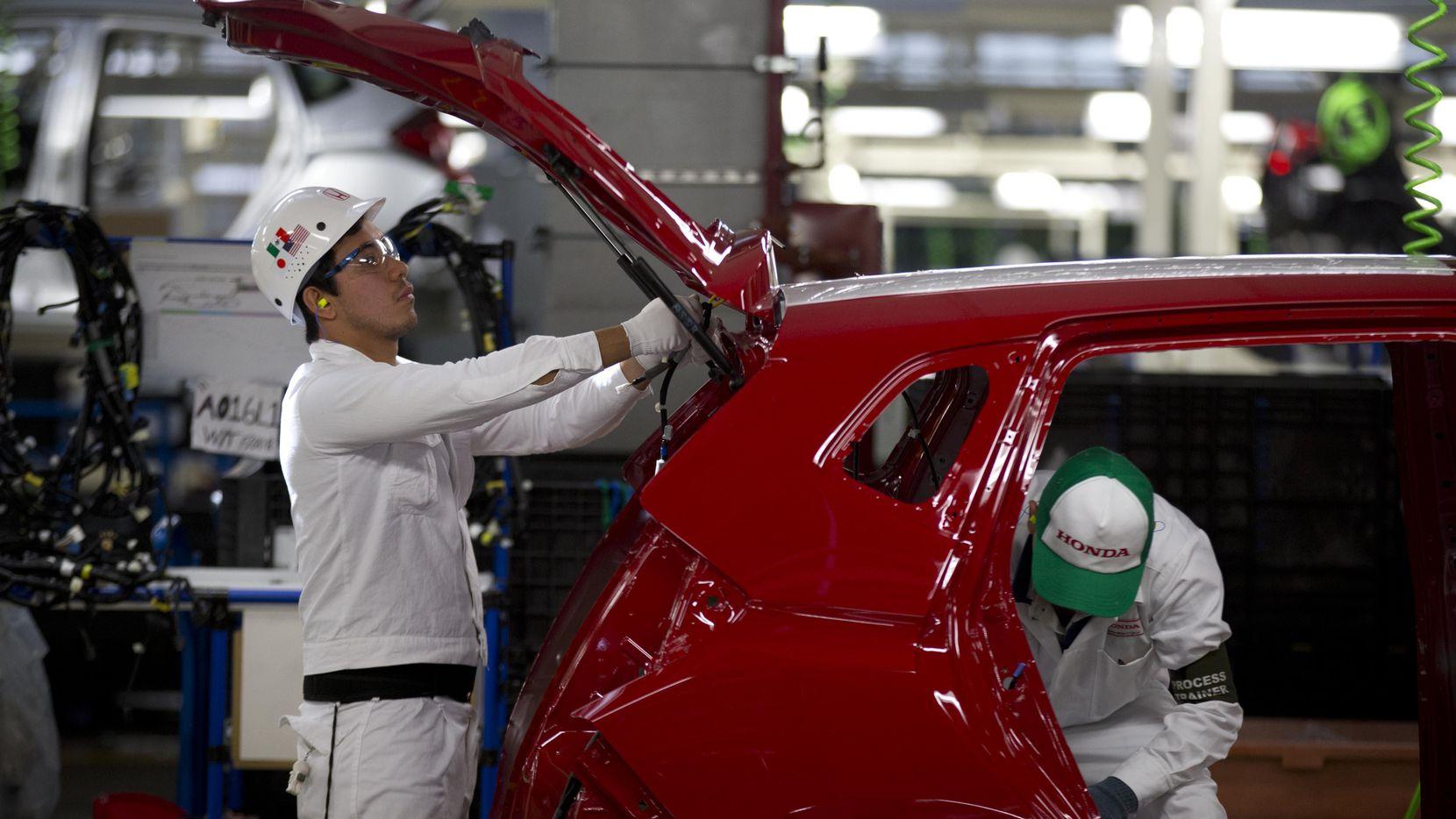 Empleados de una planta ensambladora de autos de Honda en Celeya, Guanajuato. (AP/Eduardo Verdugo)