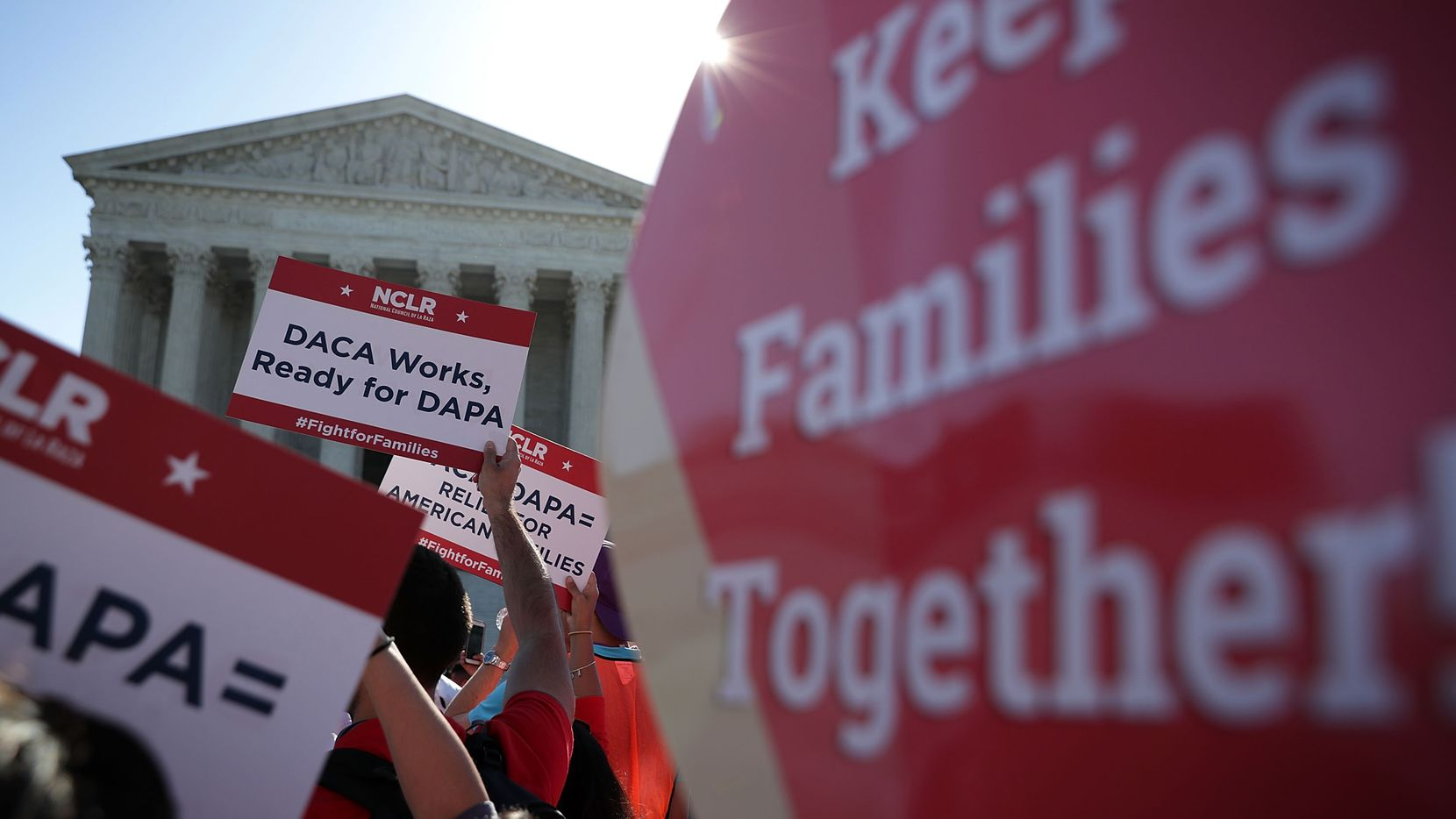 Activistas pro inmigración protestan frente a la Corte Suprema para preservar el programa de Acción Diferida.