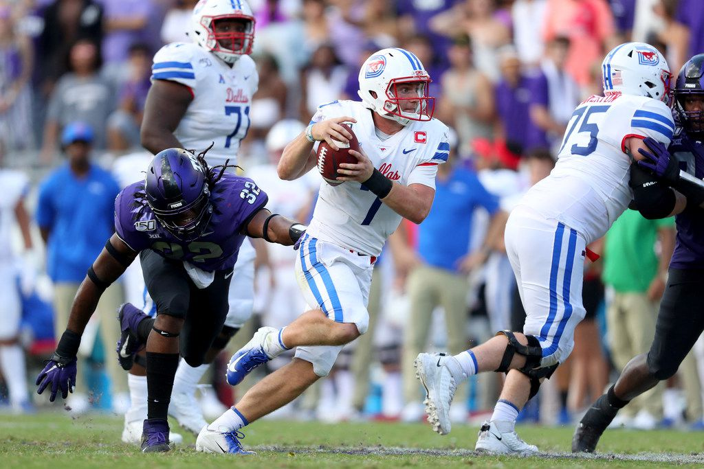FORT WORTH, TEXAS - SEPTEMBER 21: Shane Buechele #7 of the Southern Methodist Mustangs scrambles with the ball against Ochaun Mathis #32 of the TCU Horned Frogs in the second half at Amon G. Carter Stadium on September 21, 2019 in Fort Worth, Texas. (Photo by Tom Pennington/Getty Images)