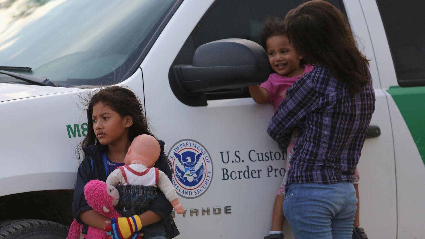 """El gobierno creó un sistema de rastreo al formular su política de """"tolerancia cero"""" en 2018, cuando se separó a más de 2,500 niños de sus padres en la frontera con México, aunque la inspectoría considera que la cifra podría ser mucho mayor."""