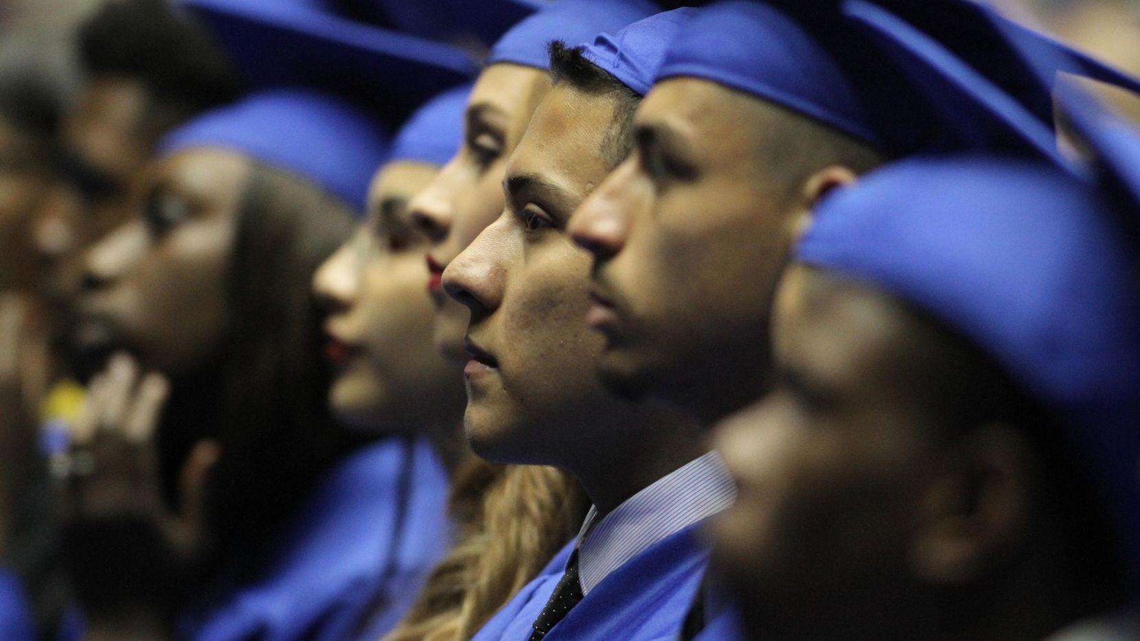 Los estudiantes que se gradúan de preparatoria pueden ser elegibles para el apoyo financiero federal o estatal. (DMN)