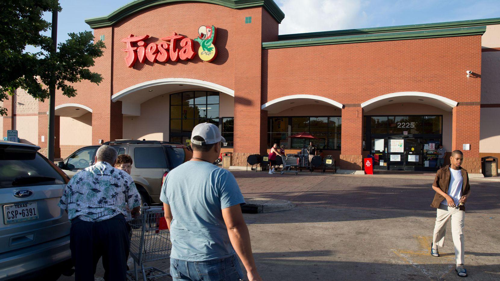 La tienda Fiesta Mart del 2225 W. Ledbetter Drive en Oak Cliff. (Staff Photographer/Ting Shen)