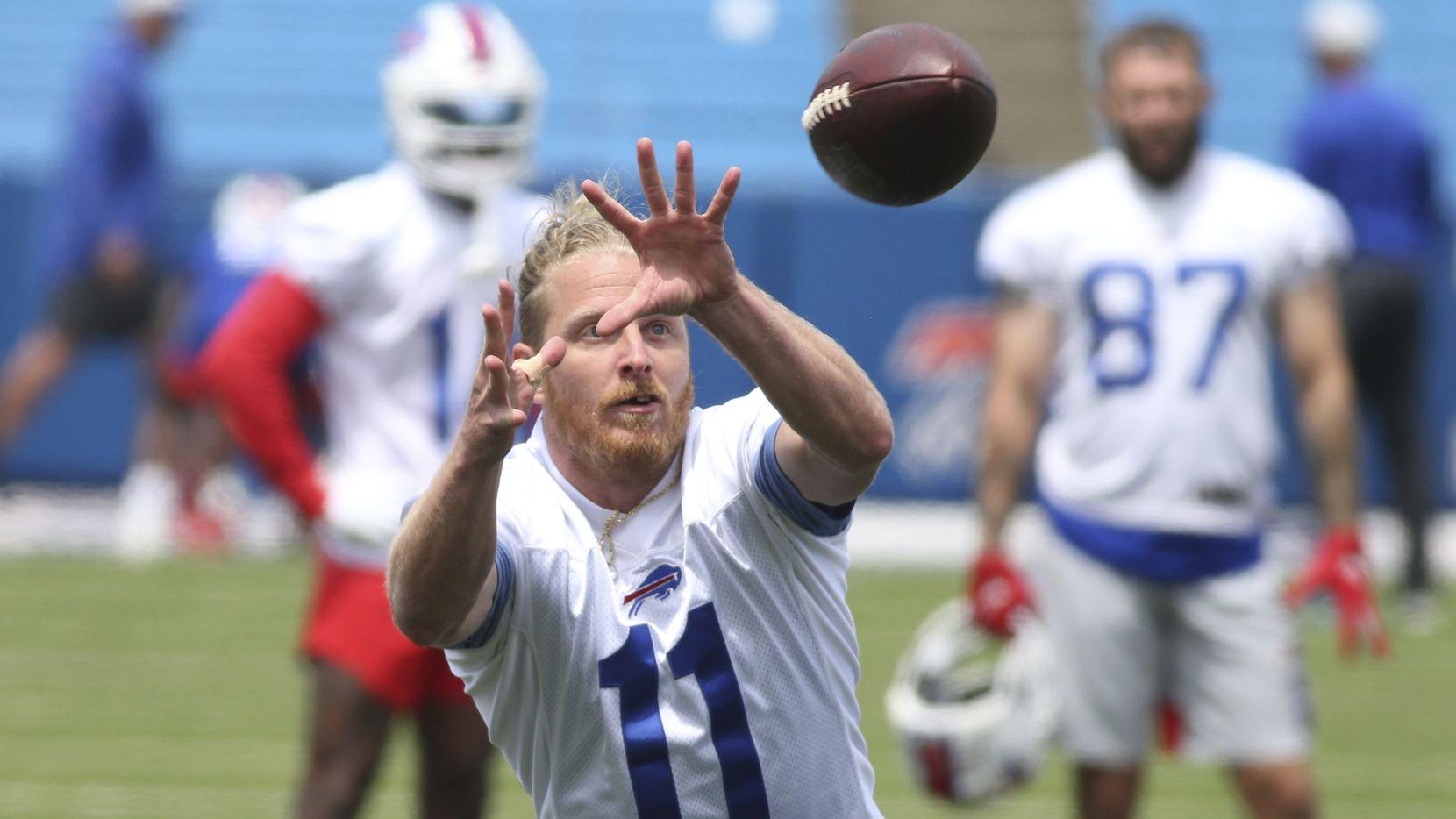 El receptor de los Bills de Buffalo, Cole Beasley, realiza una atrapada durante una práctica de su equipo, el 2 de junio de 2021.