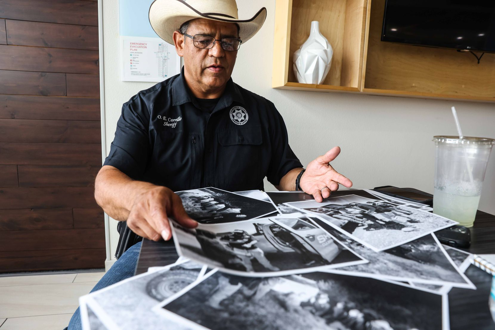Oscar Carrillo, sheriff del condado Culberson, muestra fotos del trabajo que su oficina realiza cuando reciben llamadas para rescatar a migrantes perdidos en el desierto del oeste de Texas.