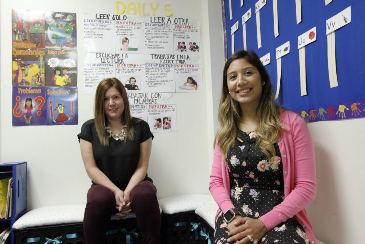 Mireya Hernández (izq.) y Luz Moria Castilla, maestras de lenguaje dual, que se preparan para el año escolar en la primaria Hogg, en Dallas. (ESPECIAL PARA AL DÍA/BEN TORRES)