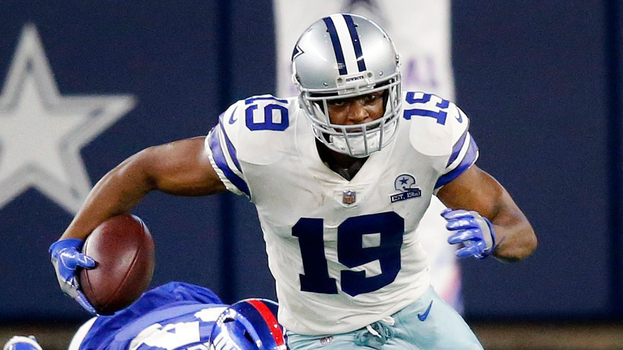 Dallas Cowboys wide receiver Amari Cooper (19) breaks away from New York Giants inside linebacker Blake Martinez (54) after a fourth quarter catch at AT&T Stadium Stadium in Arlington, Texas, Sunday, October 11, 2020.