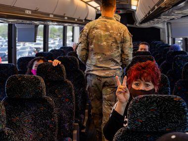 """Rosa Sánchez señala que está por su segunda dosis en Fair Park. Ella llegó en un autobús que fue parte de una iniciativa de """"registro y transporte"""" del condado, que los llevó desde el Bachman Recreation Center."""