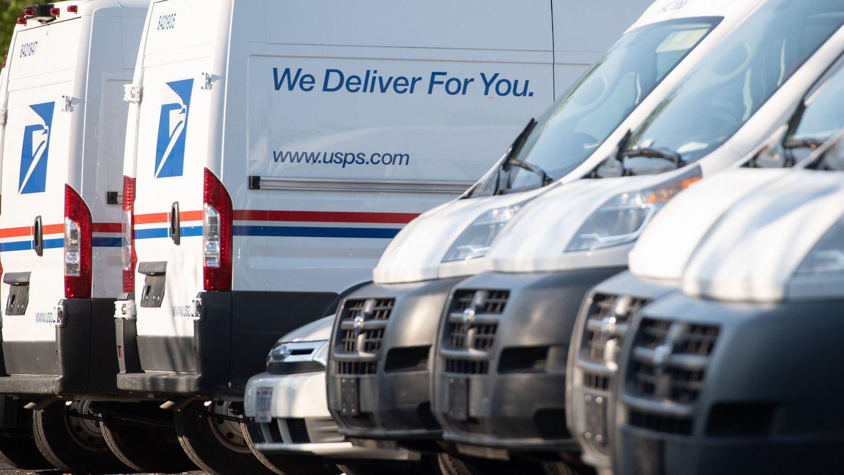 Los camiones postales están estacionados en una oficina postal del Servicio Postal de los Estados Unidos (USPS) en Washington, DC, el 16 de abril de 2020.