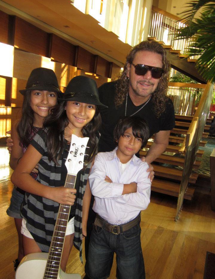 DVA Kids, un grupo musical ahora conocido como DVA Evolution, junto a Fher Olvera, el vocalista del grupo.