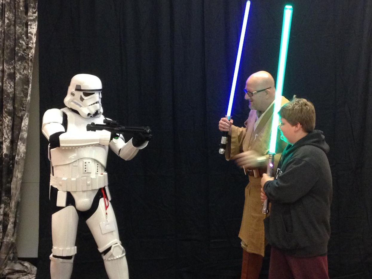 fans de ciencia ficcion se vistieron de personajes de Star Wars en el festival Comic Con de Dallas en el 2014.