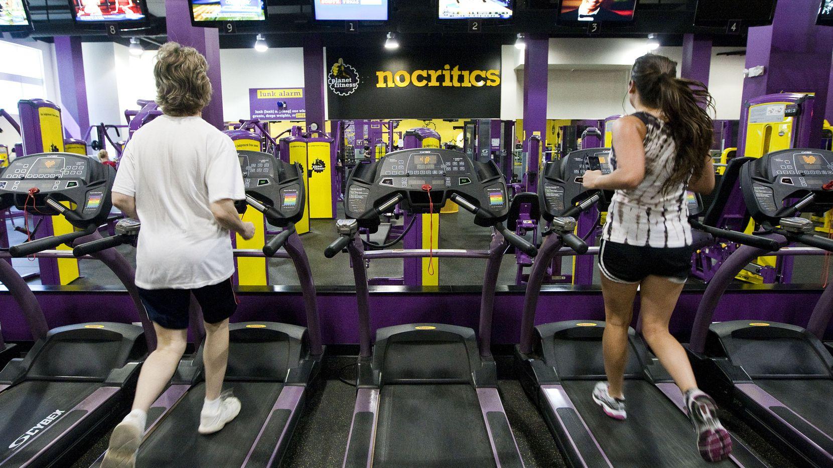 Si los casos de covid-19 no están controlados donde vive, los expertos dicen que lo mejor es no ir a un gimnasio.