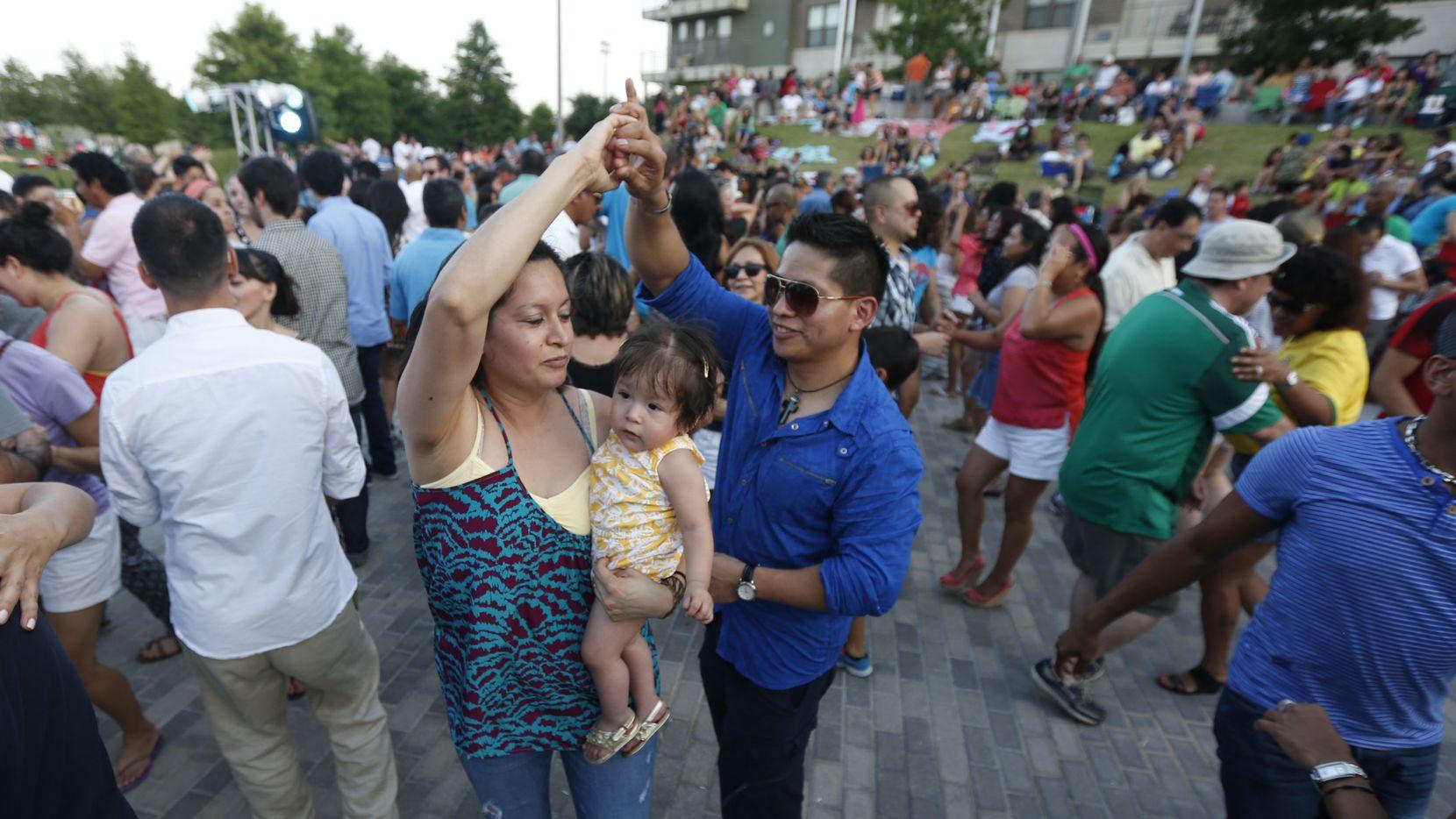 El Vitruvian Salsa Festival se realiza cada agosto en el Vitruvian Park de Addison
