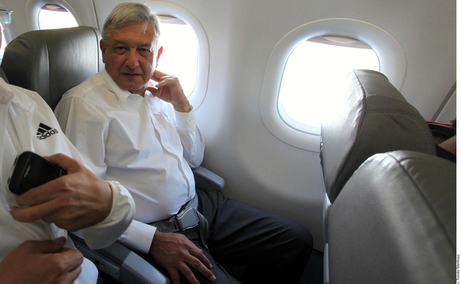 Viajar en avión comercial sin escoltas, es una costumbre del presidente mexicano Andrés Manuel López Obrador.