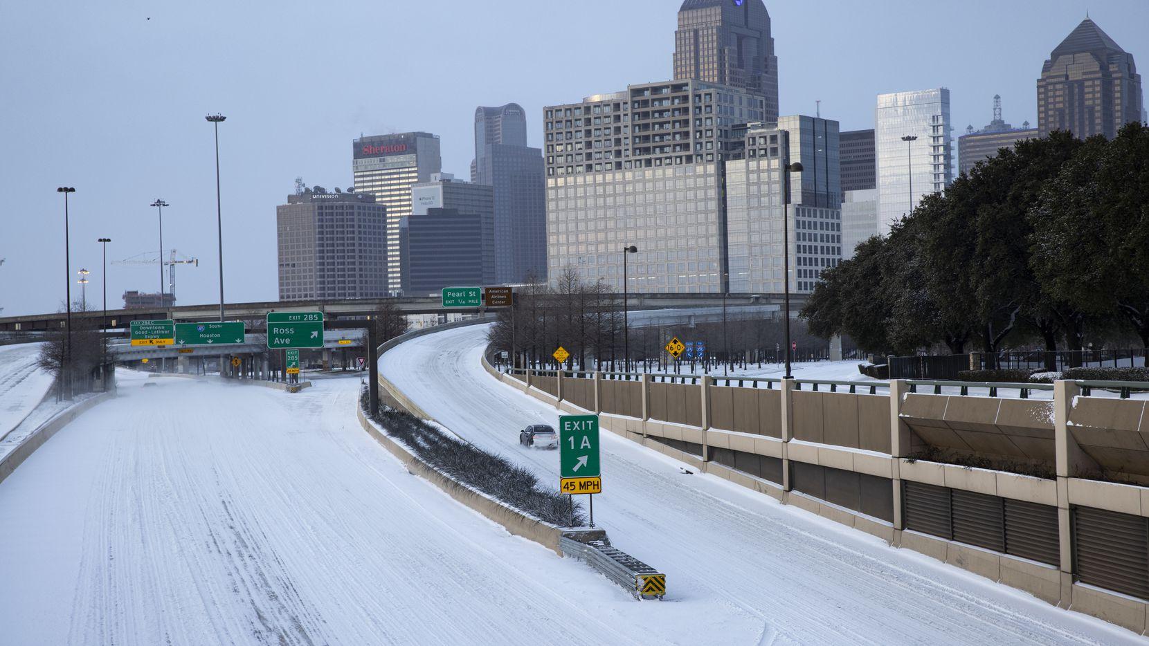 Nieve cubre la autopista US 75 camino al centro de Dallas el lunes 15 de febrero de 2021.