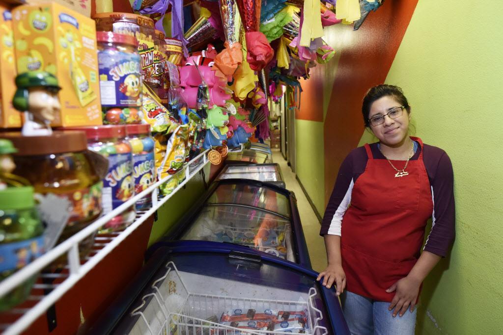 Marymar Núñez, de 19 años, junto a las neveras de La China Poblana, en Jefferson Boulevard. Las paleterías padecen durante los meses fríos de invierno.  BEN TORRES/AL DÍA