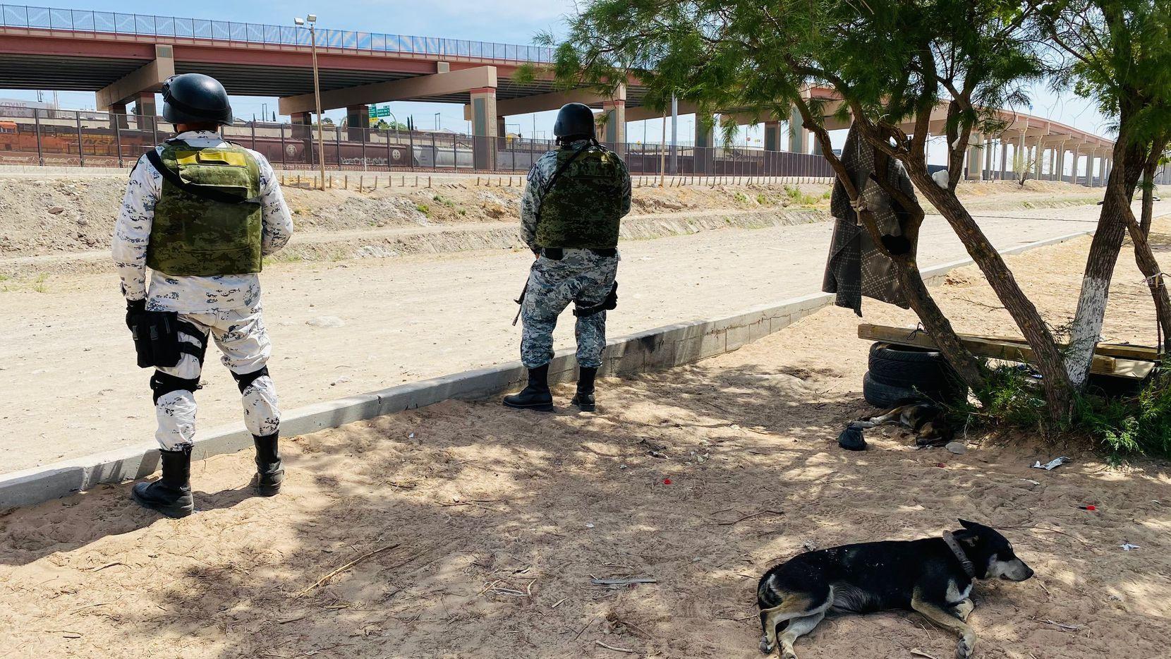 Agentes de la Guardia Nacional de México vigilan una sección del Río Grande entre El Paso, Texas y Ciudad Juárez, Chihuahua, el 12 de abril.