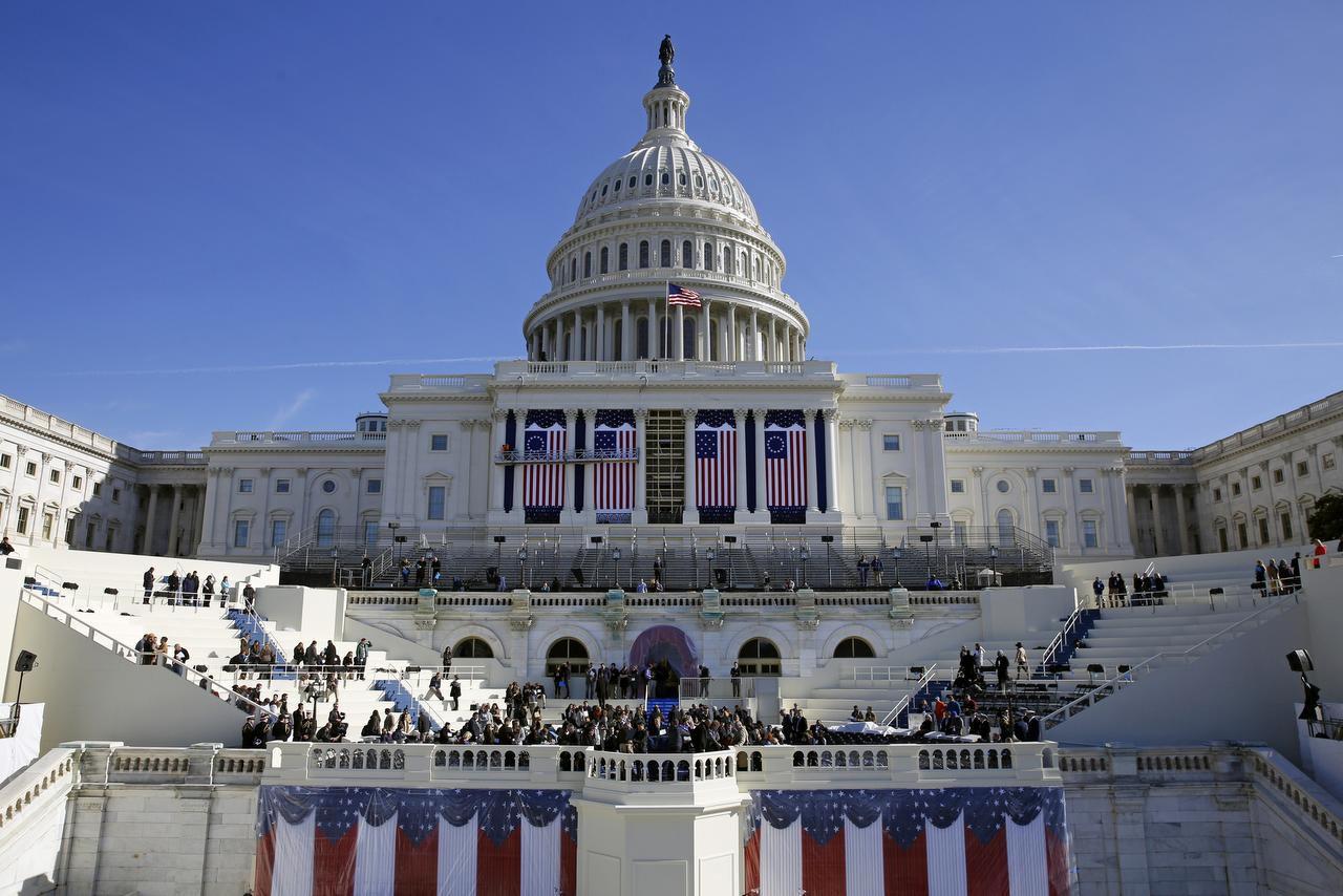 El capitolio es preparado para la ceremonia de toma de posesión del presidente elcto Donald Trump el viernes.(AP)