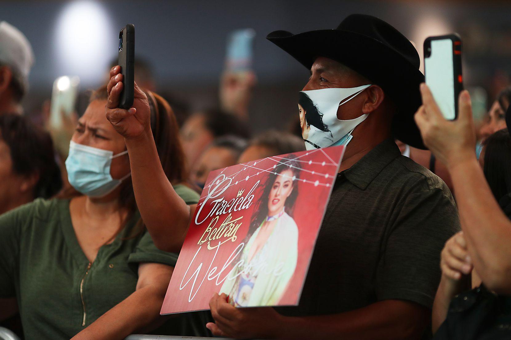 Cientos de personas llegaron hasta la Gran Plaza para celebrar El Grito el domingo 12 de septiembre.