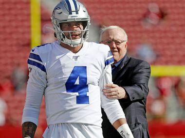 El dueño de los Cowboys de Dallas, Jerry Jones, se acerca al mariscal Dak Prescott antes del partido contra los 49ers de San Francisco, el 10 de agosto de 2019 en Santa Clara, California.