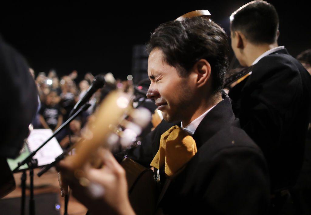 En esta foto de archivo del 4 de agosto de 2019, Sebastían González llora mientras interpreta la canción.