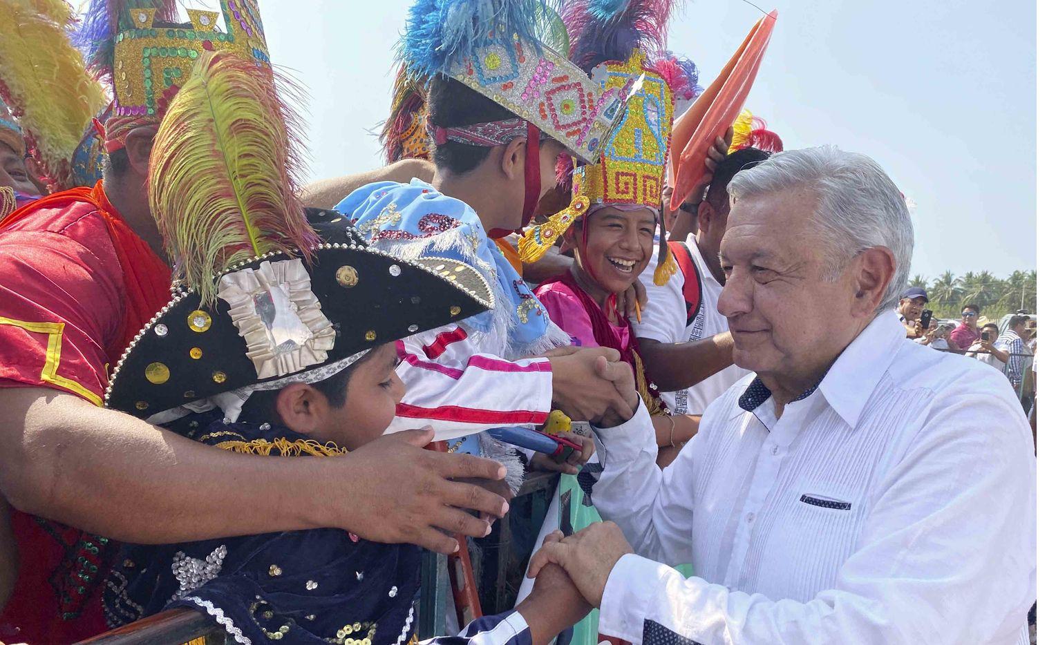 El presidente de México Andrés Manuel López Obrador saluda a personas que asistieron a un evento en Costa Chica, Guerrero.