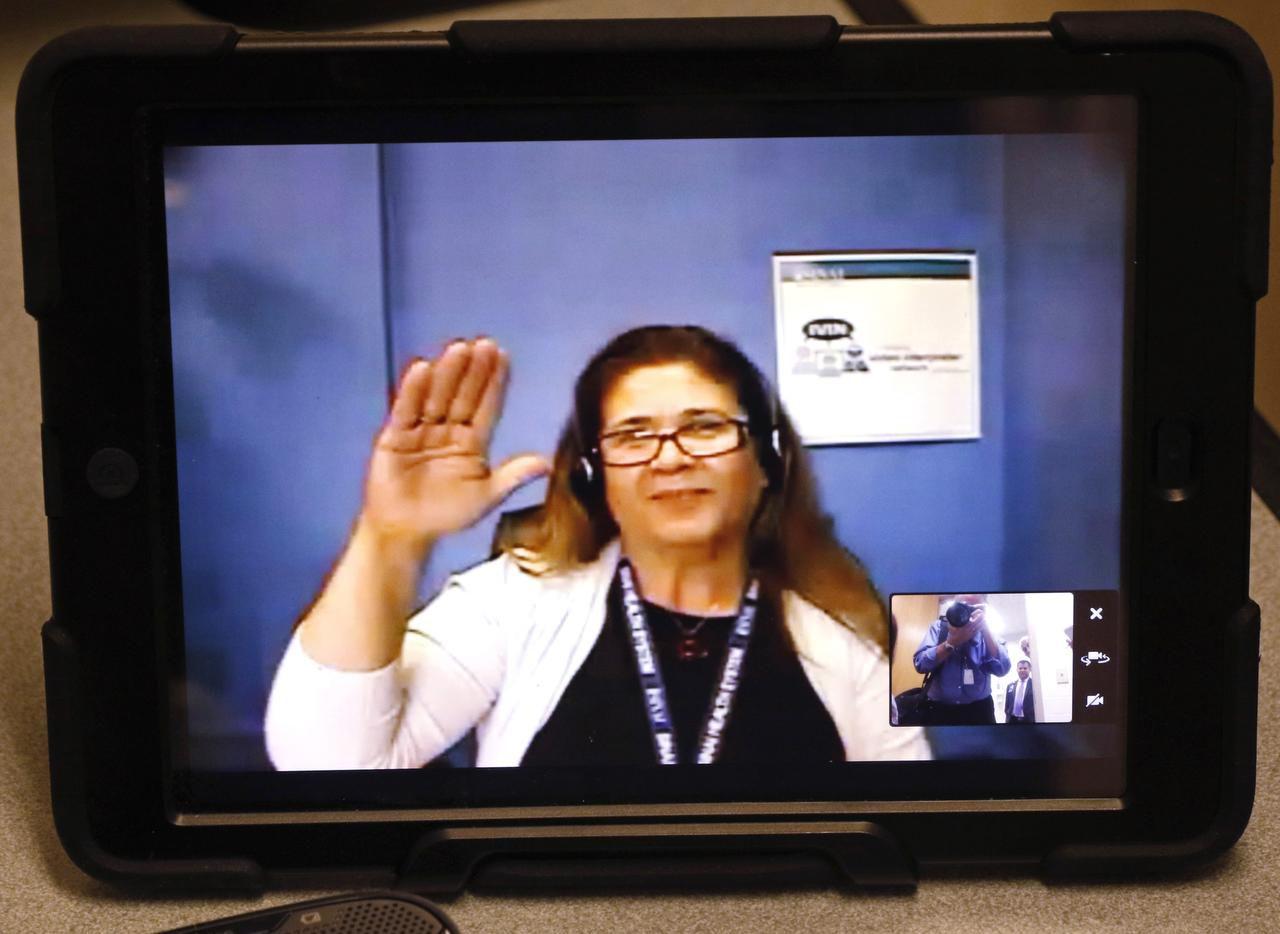 Los médicos del hospital Parkland utilizan intérpretes por medio de video para comunicarse con los pacientes que no hablan inglés. (DMN/DAVID WOO)
