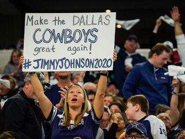 Durante el partido en entre Dallas y Washington, el 29 de diciembre en el At&T Stadium de Arlington, una aficionada de los Cowboys sostiene un cartelón en la que pide que en el 2020 regrese la grandeza del equipo.